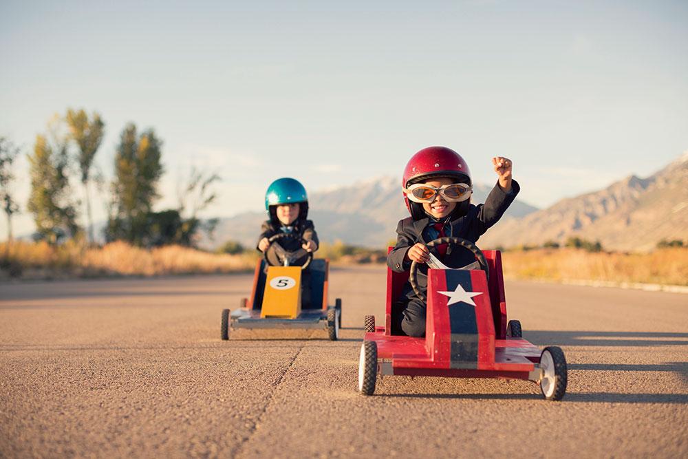 Talento. Dos niños hacen una carrera de cars
