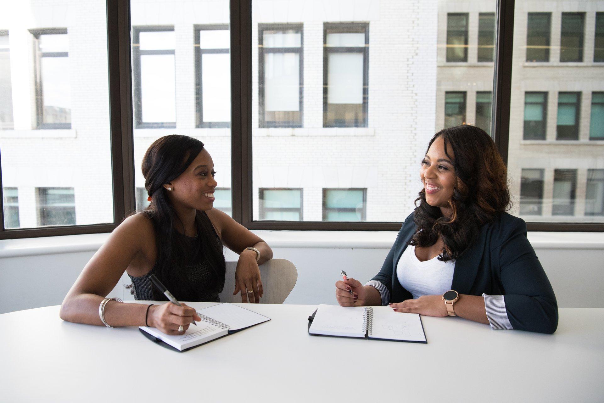 Dos mujeres realizando una entrevista de trabajo.