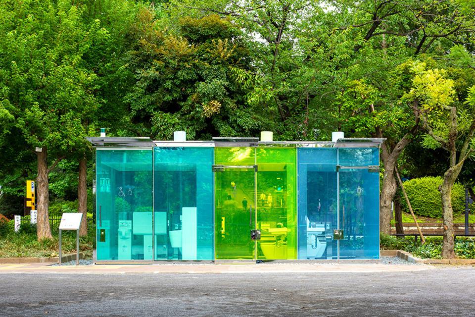 Baños públicos transparentes en Japón.