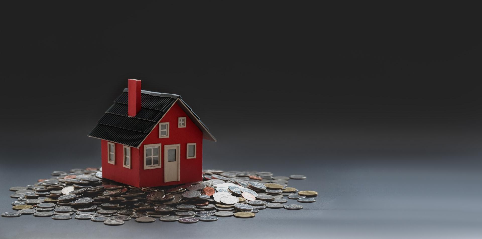 Casa sobre monedas