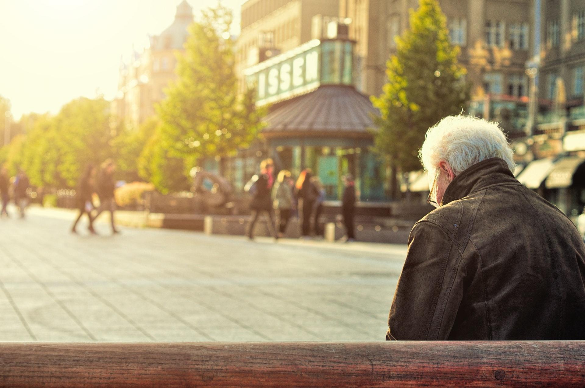 Señor sentado en un banco