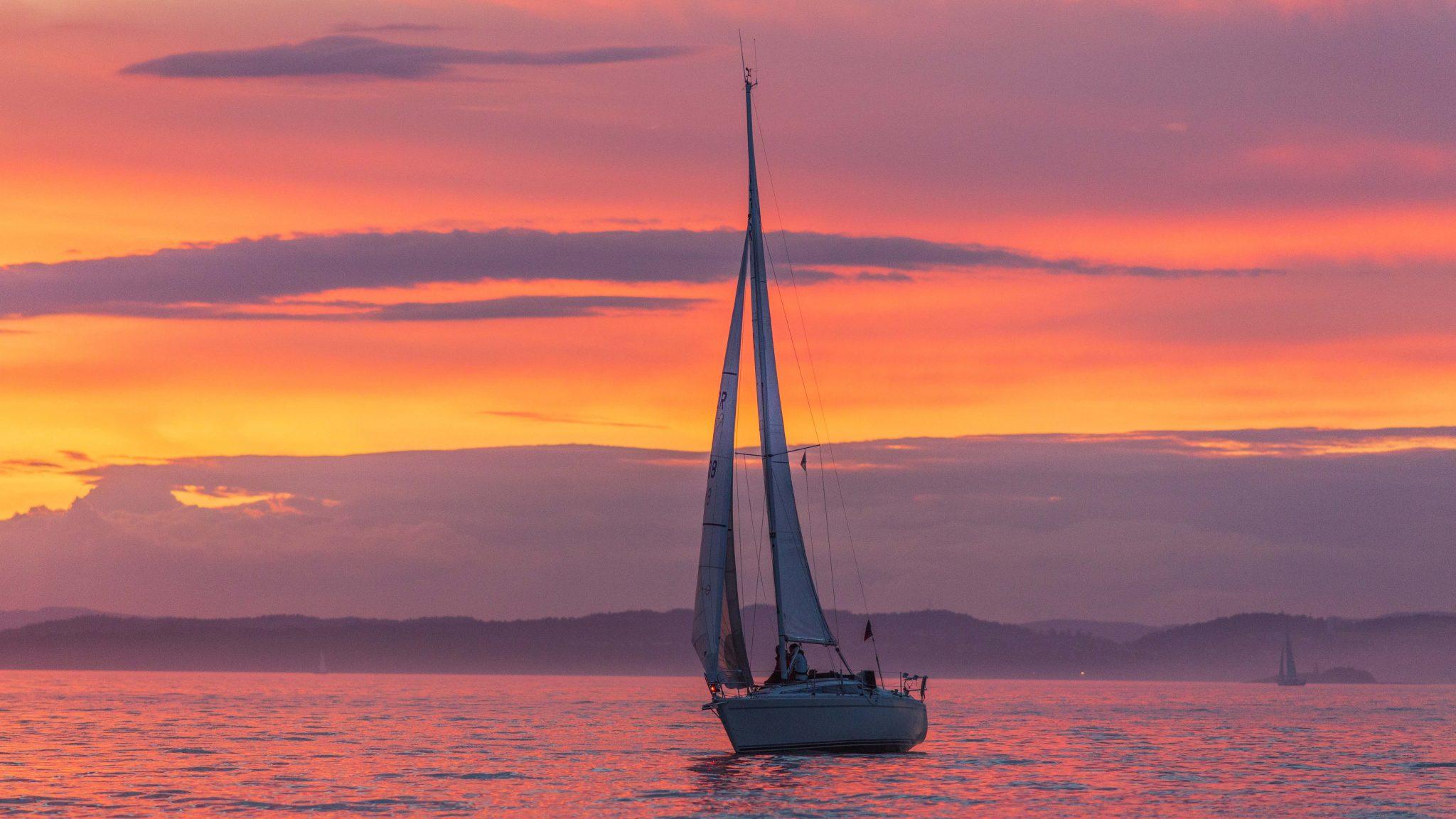 Barco en medio del mar. Navegar