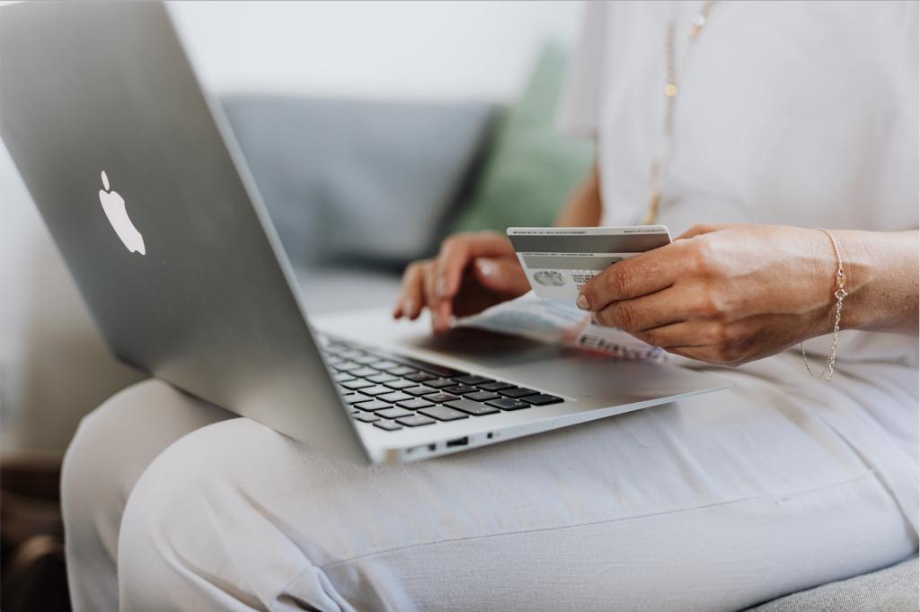 Compra online con tarjeta y ordenador