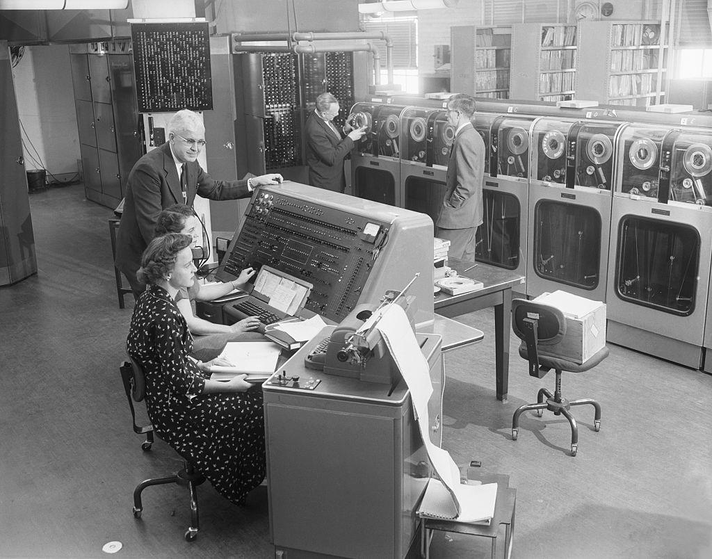 Operadores de computadoras tabulando el censo de 1954 con una computadora UNIVAC
