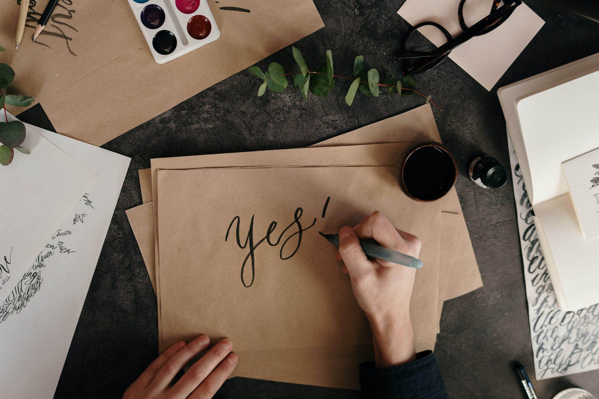 Yes. Si. Ok. Mano. Escribir en papel