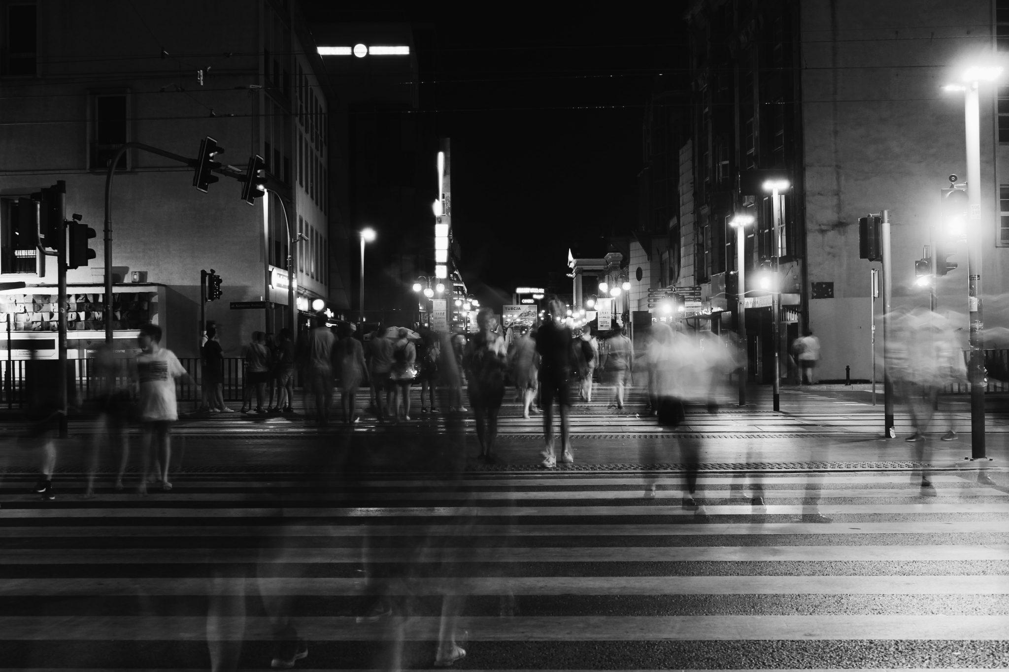 Personas cruzan un paso de cebra. Foto: Paweł L./Pexels