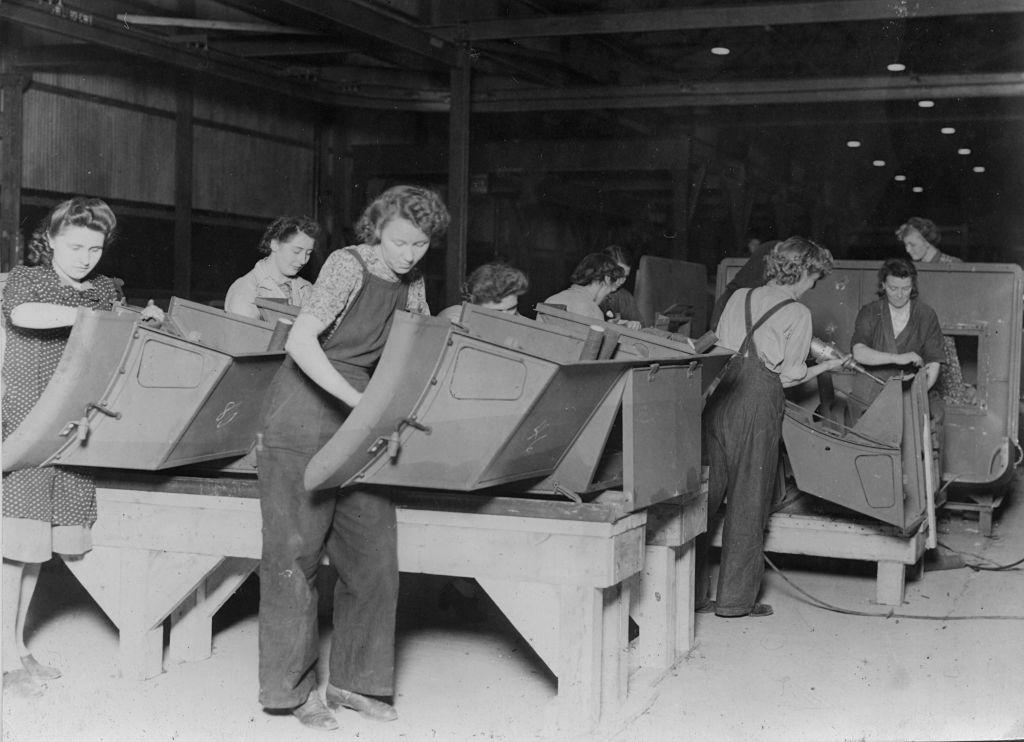 Las mujeres trabajadoras de la fábrica Ford durante la Segunda Guerra Mundial. Foto: National Motor Museum/Heritage Images. Getty Images.