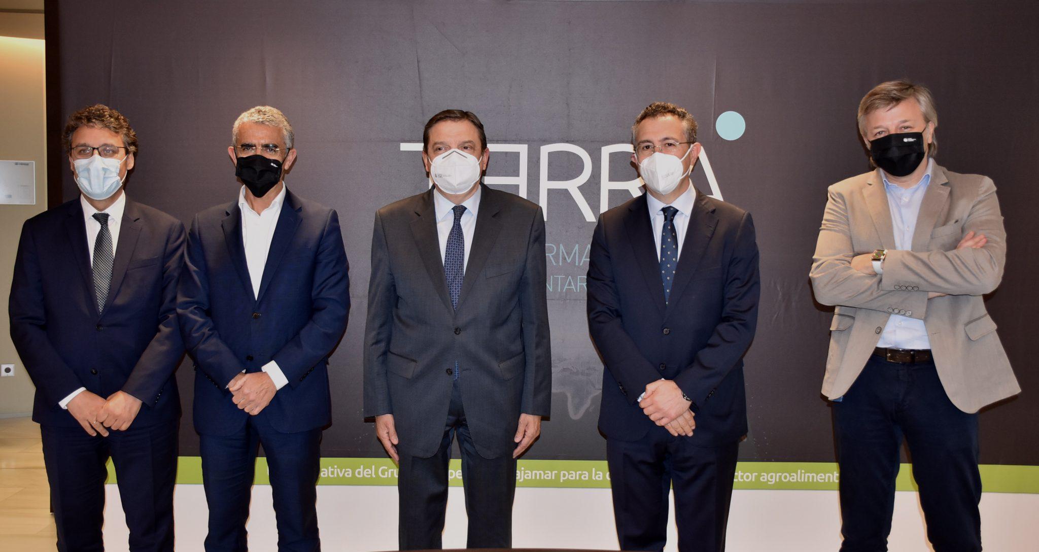 • El ministro de Agricultura, Luis Planas, y el presidente de Cajamar, Eduardo Baamonde, con parte del equipo de la entidad financiera.