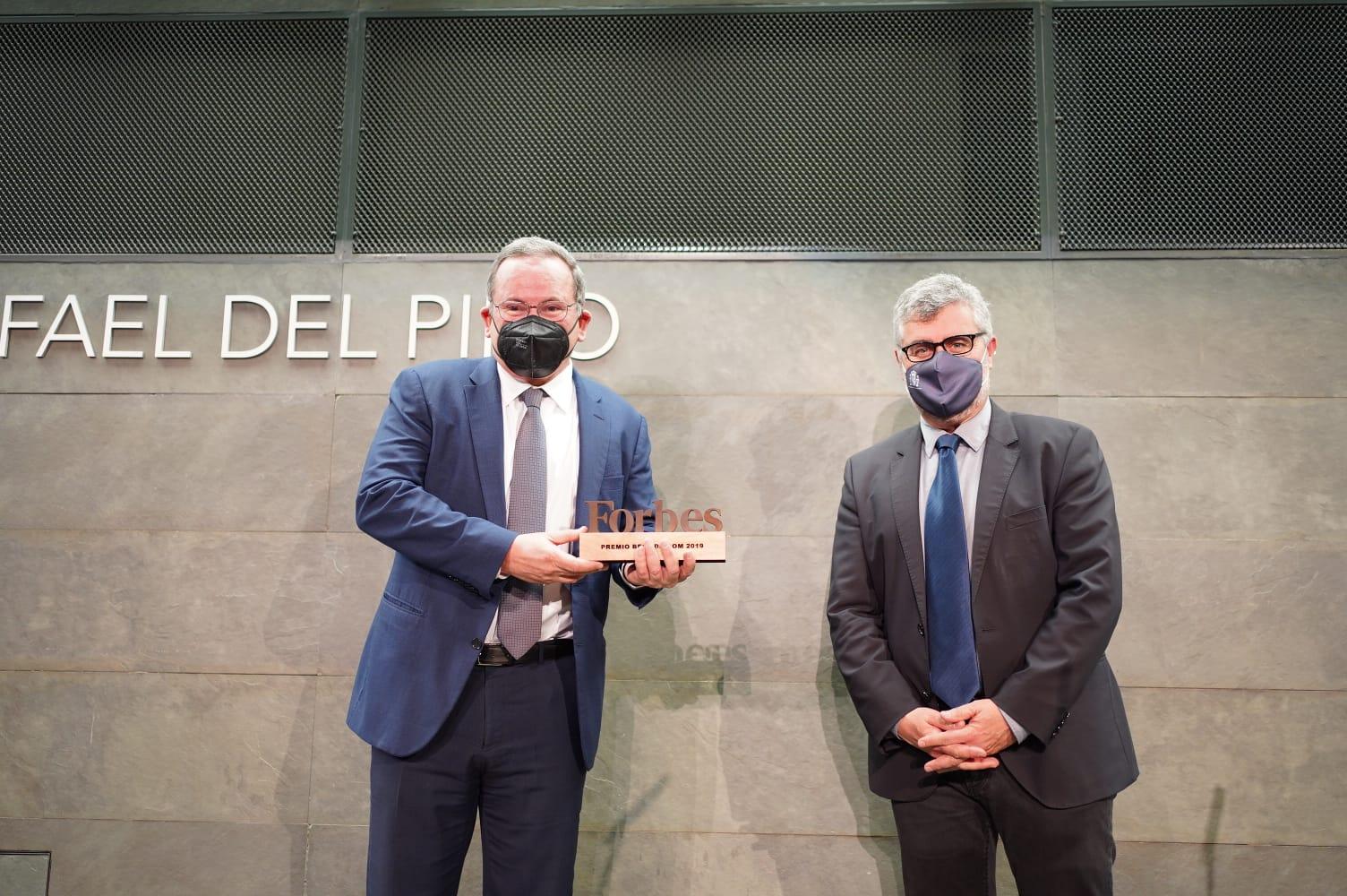 Eduardo Navarro, Director de Estrategia y Asuntos Corporativos de Telefónica, recibe el Premio Forbes Best Dircom 2019 de la mano de Miguel Ángel Oliver, Secretario de Estado de Comunicación, en el Auditorio Rafael del Pino de Madrid.