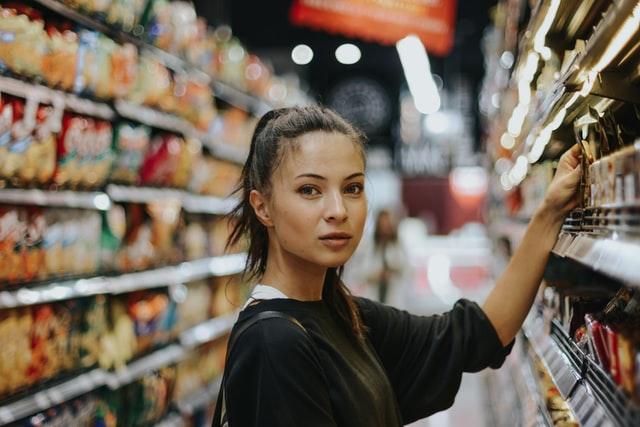 Una mujer selecciona un producto en el supermercado. (Unsplash)
