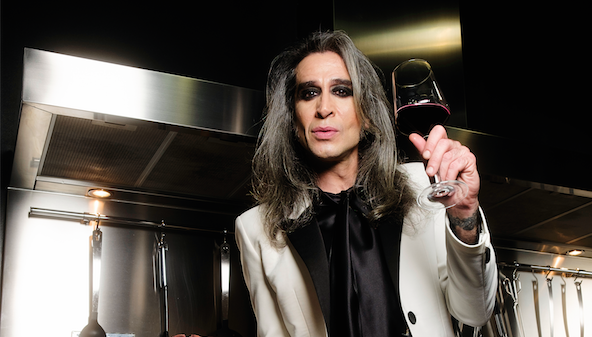 Mario Vaquerizo marida las chuletas de Joselito con un buen vino.