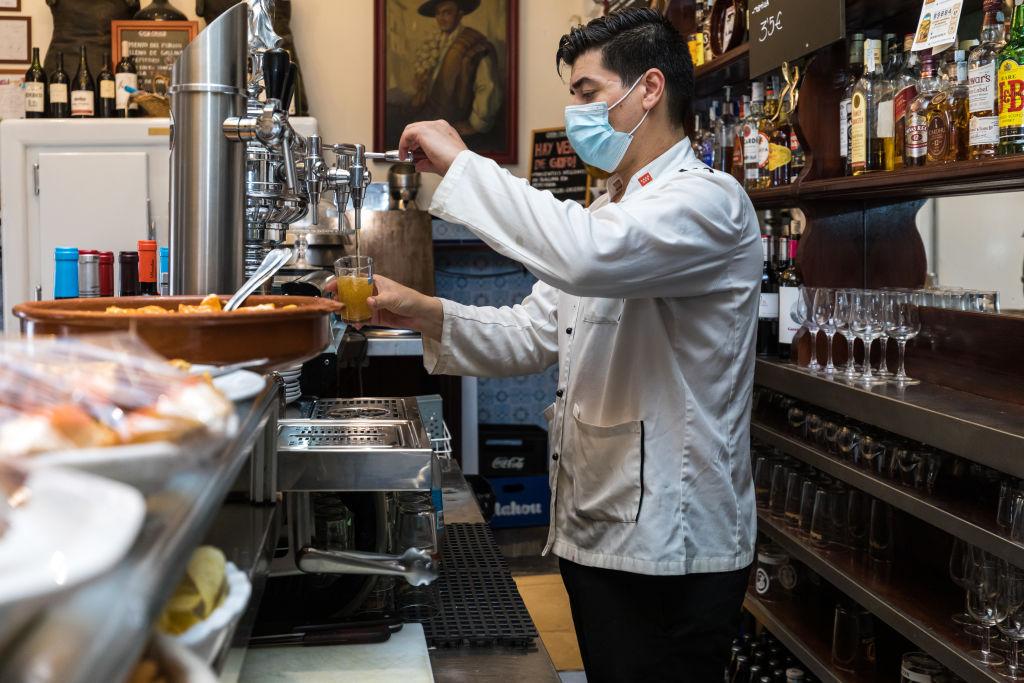 Un camarero sirve una cerveza en un bar de Madrid. Getty.