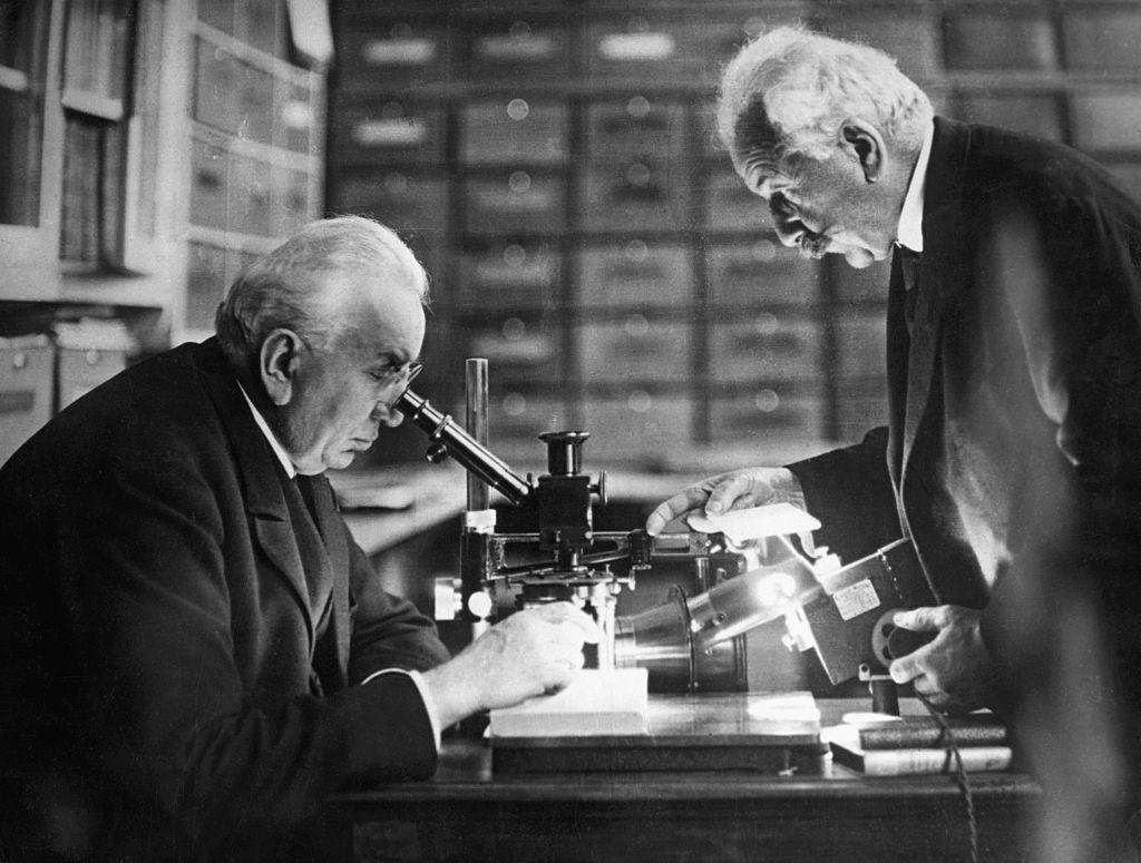 Auguste Lumiere (1862-1954) y Louis Jean Lumiere (1864-1948) en su laboratorio de Lyon (Francia). Los hermanos Lumiere inventaron el proceso Lumiere de fotografía en color y una de las primeras cámaras cinematográficas. Fotografía. Foto: Getty Images