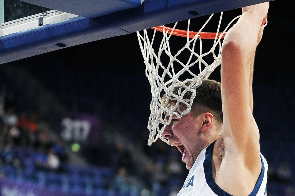 Luca Doncic encesta para Eslovenia en el Eurobasket 2017. Getty.