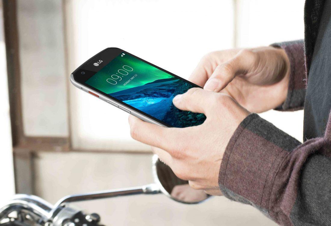 Unas manos sostienen un móvil LG X Venture. Foto: LG