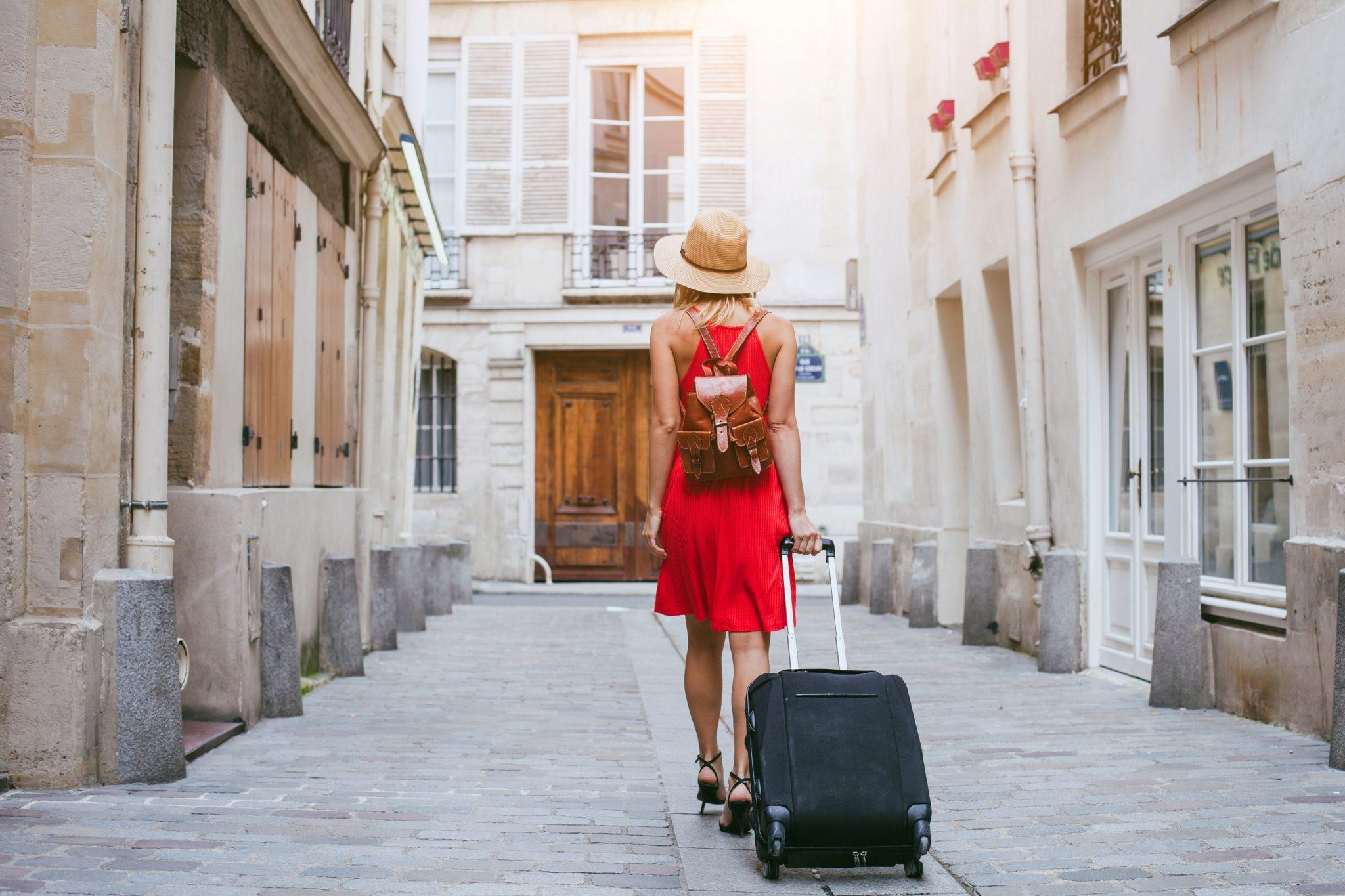 Una turista camina por las calles de Barcelona con su maleta. Foto: SiteMinder