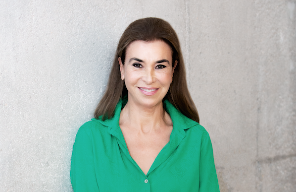 La escritora Carmen Posadas sonríe ante el objetivo de Forbes. Foto: Carlos Allende