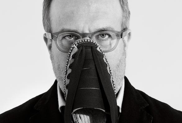 Rafael Castañer, Head of Design de Castañer, posa para el objetivo de Forbes con unade sus icónicas alpargatas. Foto: Carlos Allende