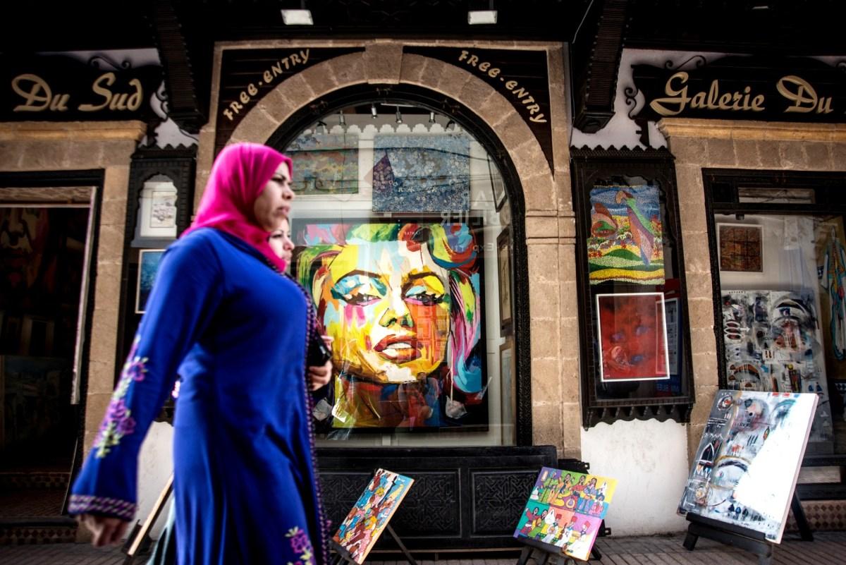Una mujer pasea por la ciudad de Esauira en Marruecos. (Getty Images)