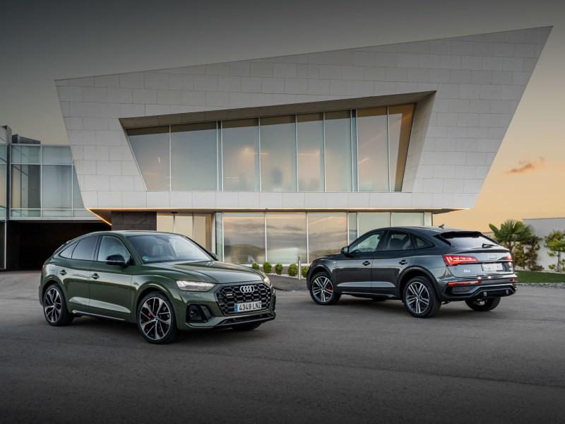 Dos de las versiones del Q5 Sportback, el SQ5 TDI (verde), el más alto de gama, con 341 CV y 700 Nm, y el 40 TDI (gris), con 204 CV, del que se presume se vendan más unidades.