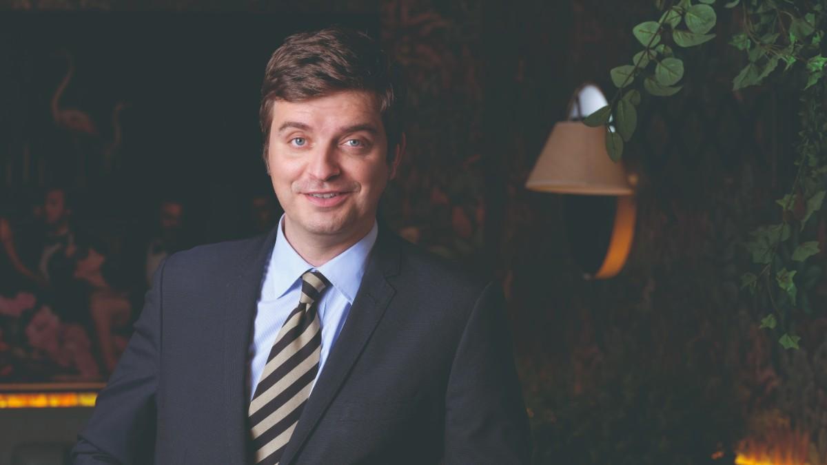 El periodista Marc Giró posa para el objetivo de 'Forbes' en Europa Café de Barcelona. Foto: Xavi Torres-Bacchetta