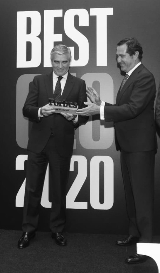 Francisco Reynés, Presidente y CEO de Naturgy, recibe el galardón de Mejor CEO 2020 de la mano de Antonio Garamendi, Presidente de la CEOE. Foto: Luis Camacho
