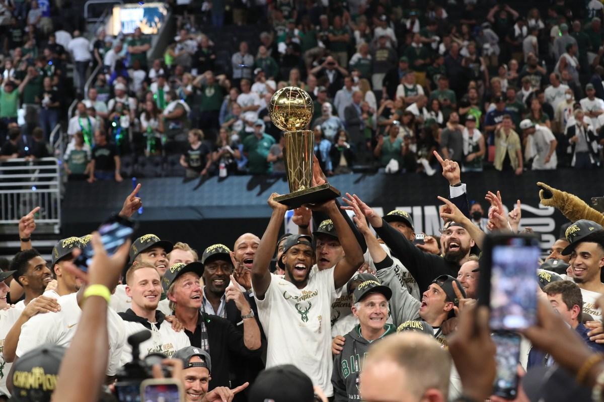 Khris Middleton, de los Milwaukee Bucks, sostiene el trofeo Larry O'Brien que ha recibo el club tras ganar las Finales de la NBA 2021. Foto: Joe Murphy/NBAE (Getty Images)