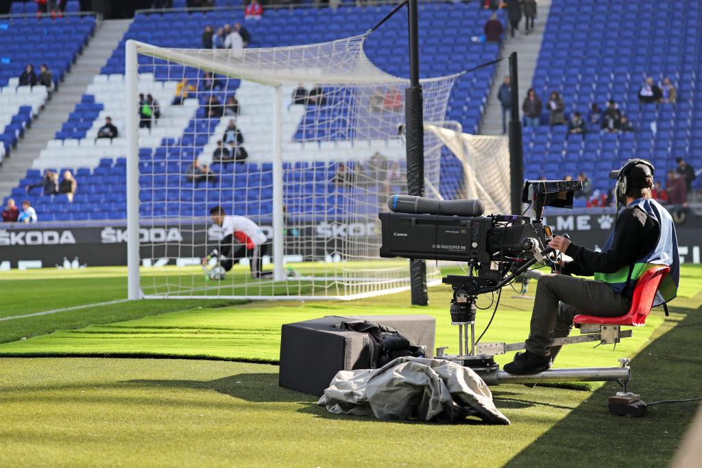 Cámara de televisión durante un partido entre el Espanyol y el Mallorca el 9 de febrero de 2020. Foto: Joan Valls/Urbanandsport /NurPhoto (Getty Images)