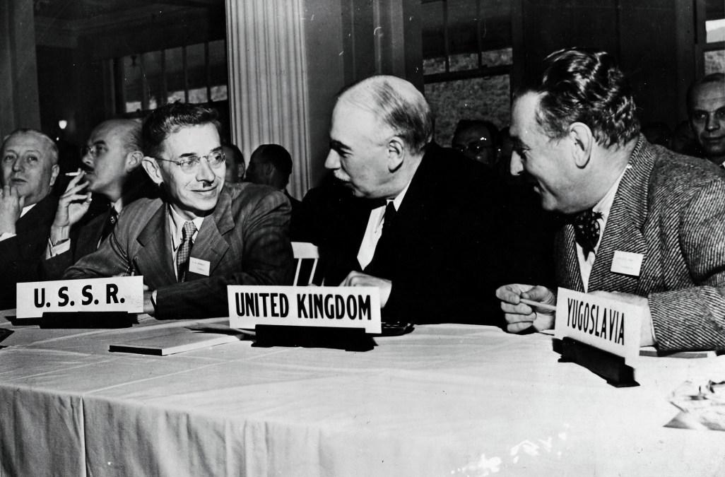 En el centro, el economista británico John Maynard Keynes, en la Conferencia Monetaria y Financiera Internacional de Naciones Unidas, en el Hotel Mount Washington, en Bretton Woods, donde representó un papel clave en la formulación de los acuerdos y el establecimiento del Fondo Monetario Internacional.