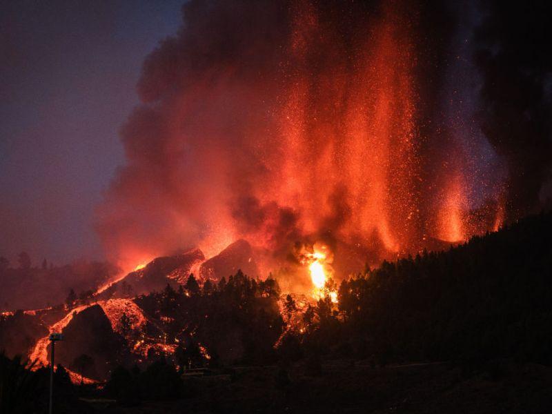 El volcán 'Cumbre Vieja' entra en erupción en El Paso (La Palma), expulsando columnas de humo, ceniza y lava, el 19 de septiembre de 2021. Foto: Andrés Gutiérrez/Anadolu Agency (Getty Images).