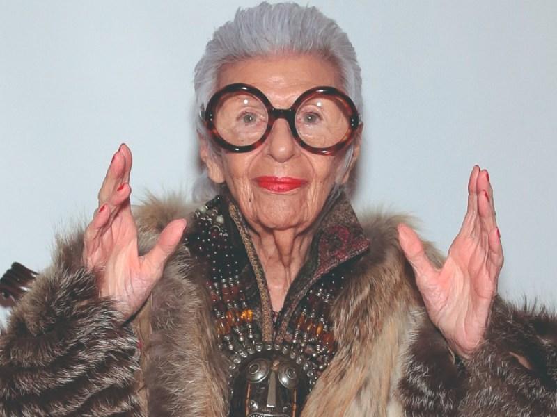 Iris Apfel, empresaria estadounidense que hizo de su excéntrica visión de la moda y del interiorismo su sello de identidad.